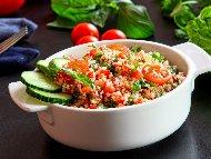 Рецепта Здравословна салата табуле от киноа, домати и магданоз с авокадо